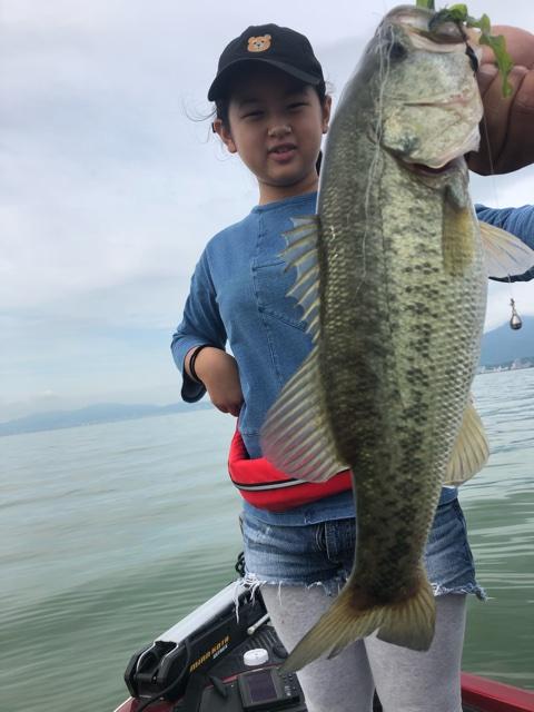 8月28日ガイドはDAY1小5の女の子のリコちゃんに釣らせろ指令!で!ジャスターフィッシュ3.5DSで50cmを釣って貰いました!