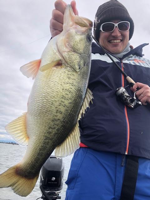 11月24日ガイドはバス釣り初めてのゲスト様にジャスターフィッシュ3.5DSで手堅く釣ってからメタルバイブでビッグ狙いが成功!