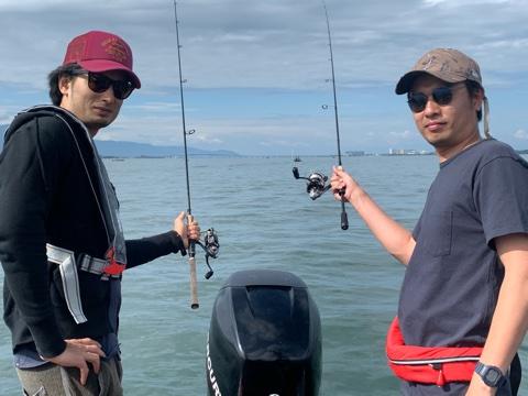 今日は東京から高杉さん兄弟が来てくださいました!高杉さんとは5~6年のお付き合いで年1~2回?そして初めましてのお兄さんは普段はフライマン!って事で小さいころ以来のバス釣りでまだバスを釣ったことがないので兄に釣らせてあげてください!というご依頼でもちろんジャスターフィッシュ3.5DSとワイルドサイドWSS-ST65Lで