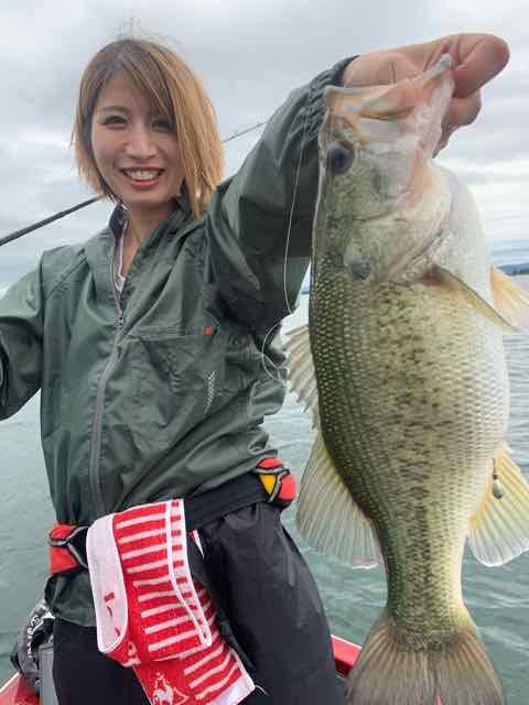 7月23日琵琶湖ガイドはワイワイ楽しいカップルはバス歴3か月の初心者様もGETNETジャスターフィッシュ3.5ダウンショットでグッドサイズをキャッチ!