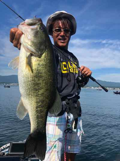 8月31日琵琶湖ガイドはバイト少な目も食ったらデカイ!GETNETジャスターフィッシュ2.5カルティバスイングヘッド0.9gウェンティリグで58cm57cm他をキャッチ!
