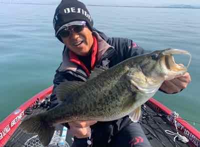 3月19日琵琶湖ガイドはGETNETジャスターフィッシュのボトストの使い分けとワイルサイドの使い分けで54cmをキャッチ