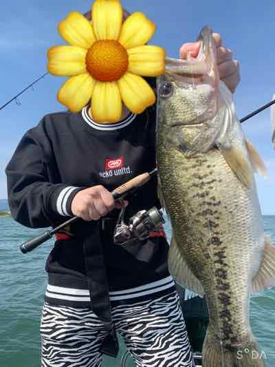 5月4日琵琶湖ガイドは釣り自体初めての女の子にグッドサイズをGETNETジャスターフィッシュ3.5DSとレジットデザインワイルドサイドST65Lで